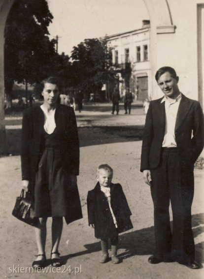 Ja z rodzicami pod bramą parkową